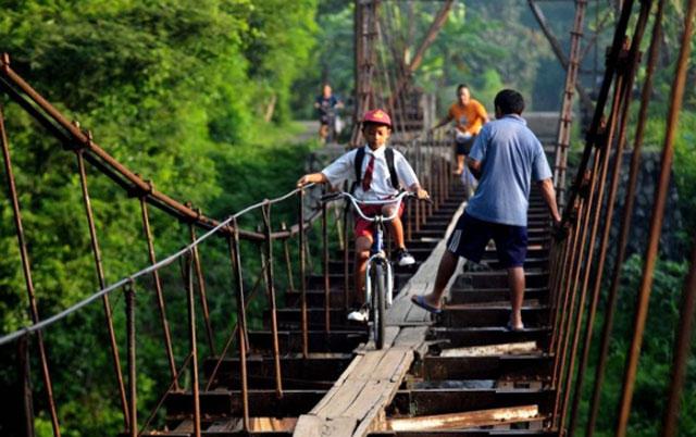 كيف يذهب تلاميذ أندونيسيا إلي مدارسهم؟