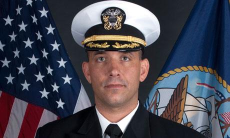 الحقائق الكاملة عن إصابة كلينتون وحادث طائرتها ومقتل قائد القوات البحرية