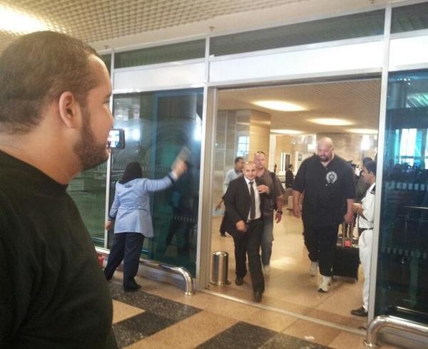 لحظة وصول البيج شو الى مطار القاهرة