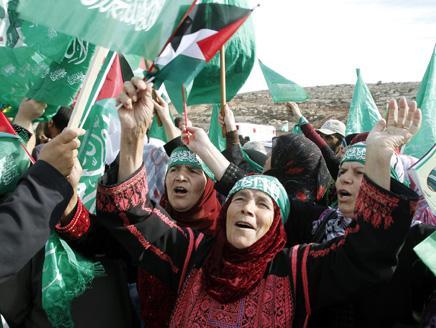 فلسطين تحتفل وحالة من الجنون تنتاب قوات الاحتلال المحيطة بالمسجد
