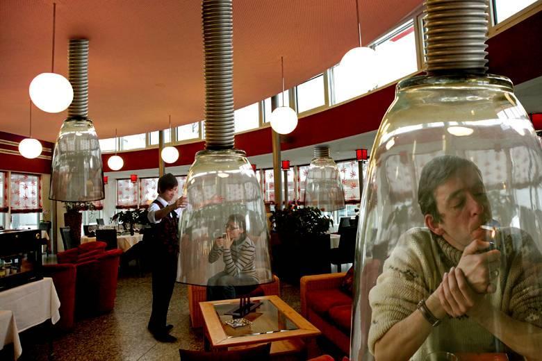 أفضل طريقة لحل مشكلة المدخنين في المقاهي