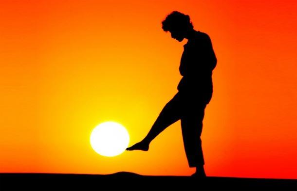 مصور يتجاوز تصوير الشمس الى اللعب معها