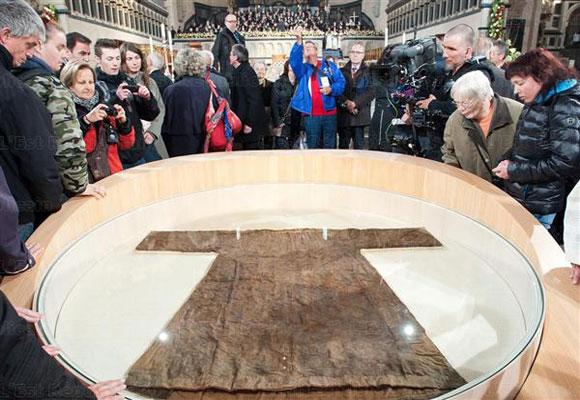 رداء السيد المسيح داخل كاتدرائية كاثوليكية في المانيا (بالصور)