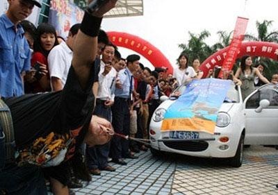 صيني يجر سيارة يركبها 4 اشخاص.. بأنفه !!