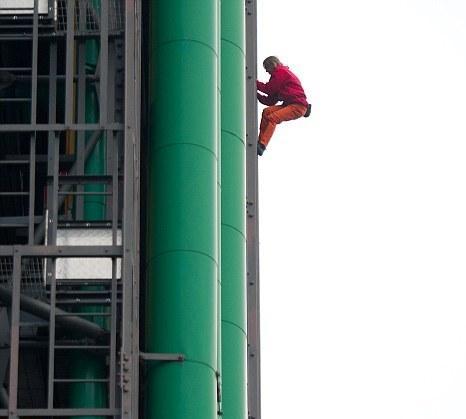 رجل العنكبوت الفرنسي يتسلق اعلى الابراج في ابوظبي و باريس ..